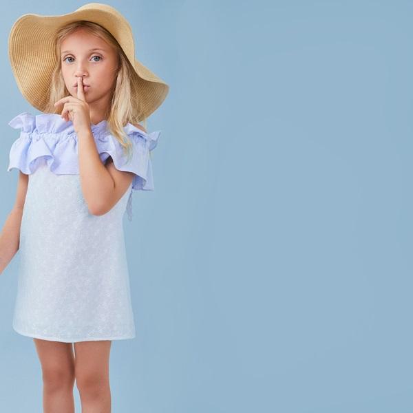 Imagen de Vestido de niña en blanco con volante