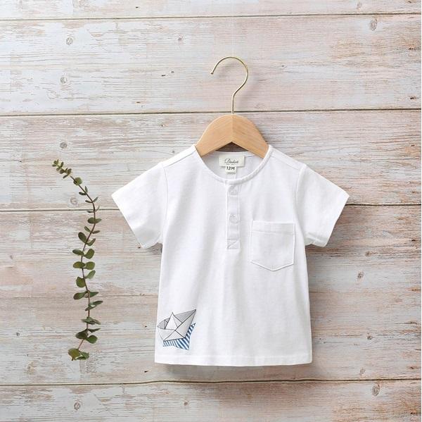 Imagen de Camiseta bebé con botones en pecho y bolsillos en lateral