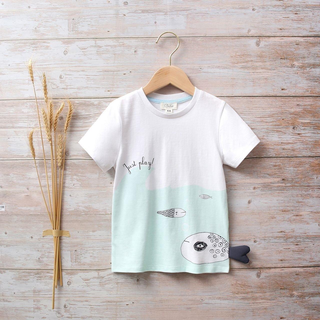 Picture of Camiseta blanca y azul unisex junior con estampado de pez en lateral