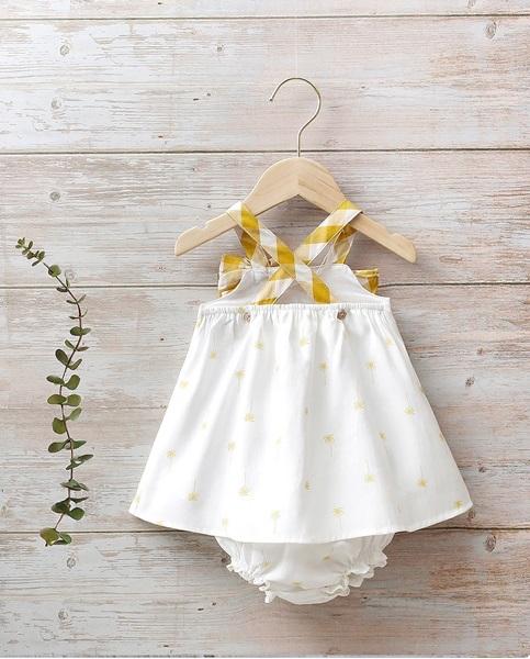 Image de Vestido bebé palmeras con volante, lazo y tirantes en cuadros mostaza