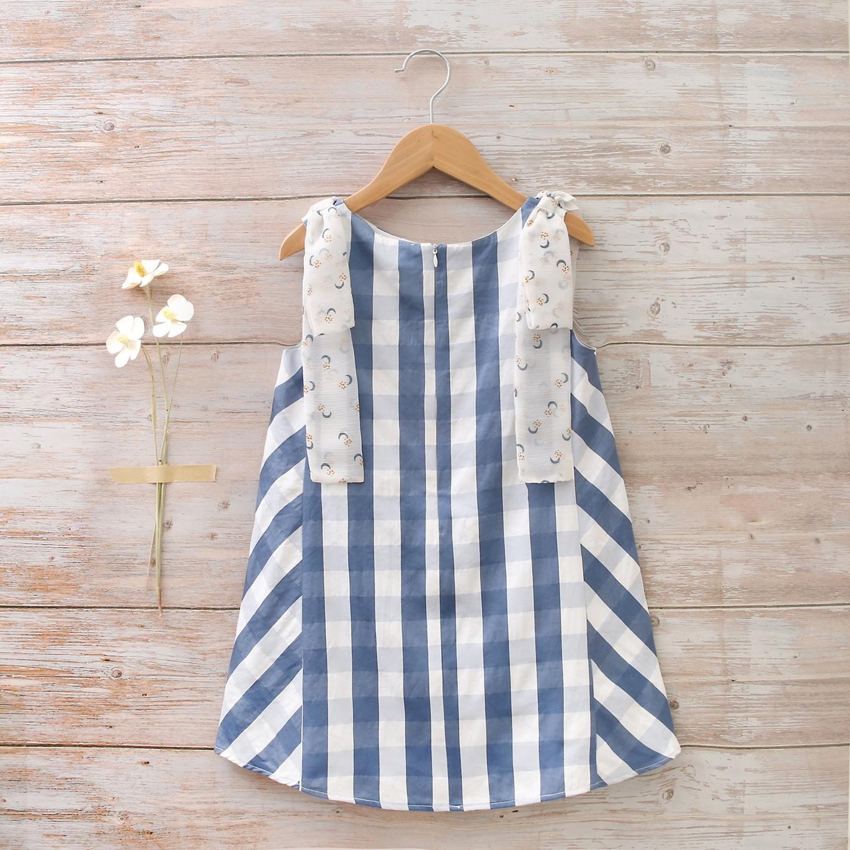 Imagen de Vestido niña de cuadros azul-blanco de con cortes laterales al contraste