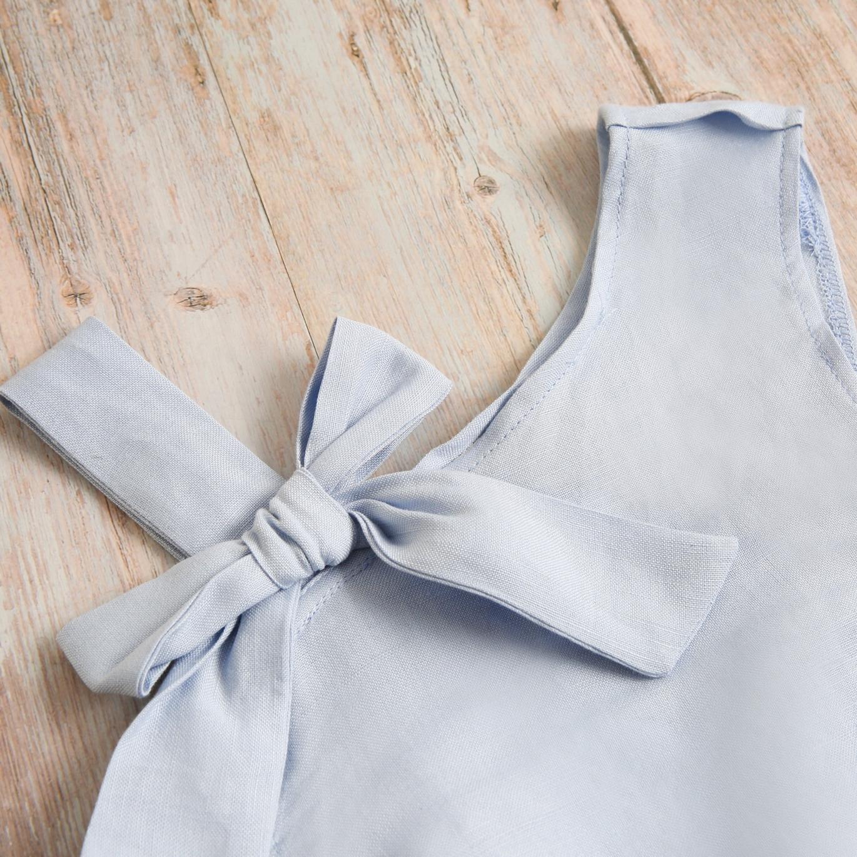 Imagen de Blusa niña lino azul tirante lazo y gomas laterales