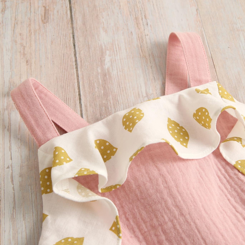 Imagen de Mono niña bambula rosa tirantes con volantes de limon