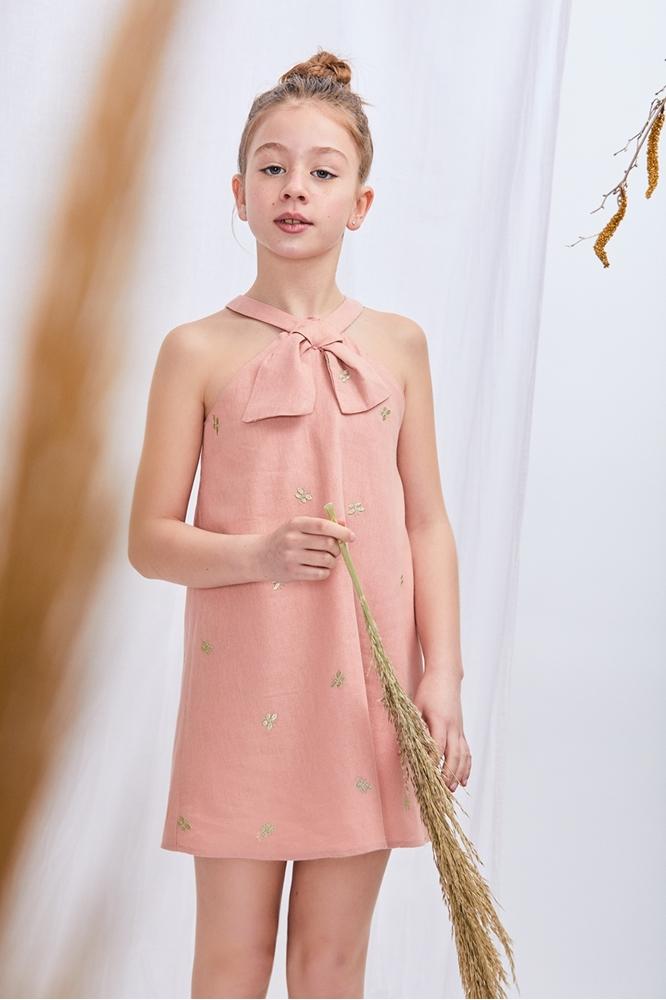 Imagen de vestido ceremonia rosa con bordado de mariposas doradas y cuello lazo