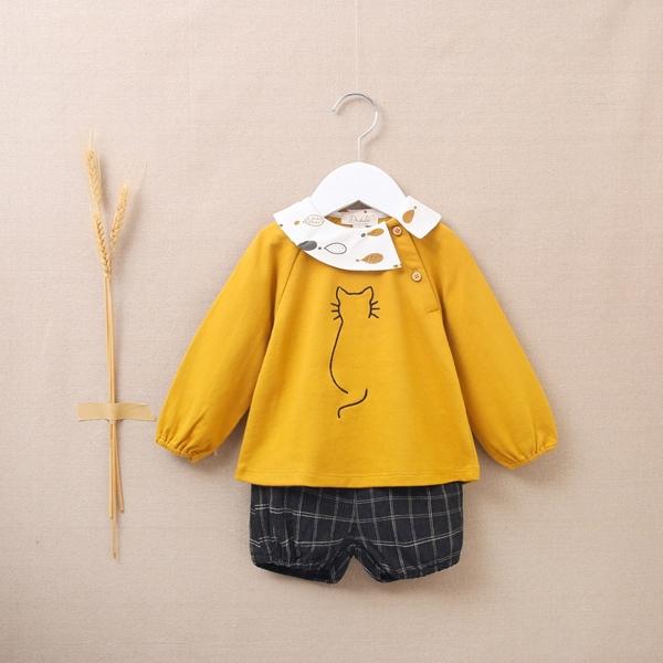 Imagen de Conjunto de bebé niña con sudadera mostaza bordado de gato y pololo de cuadros