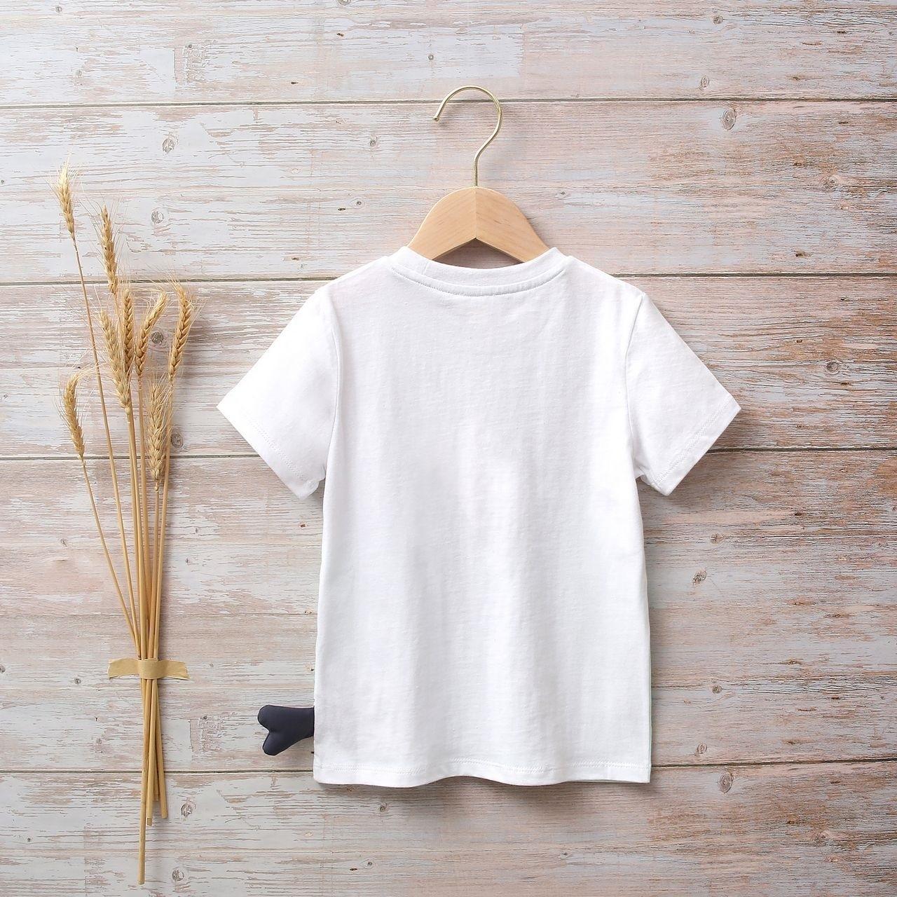 Imagen de Camiseta blanca y azul unisex junior con estampado de pez en lateral