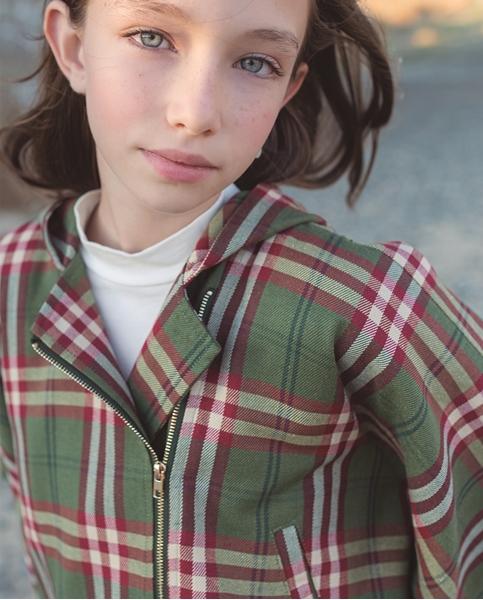 Imagen de Poncho abrigo de niña de cuadros verde granate escoceses